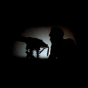 Silhouette di un soldato della Prima Guerra Mondiale con mitragliatrice