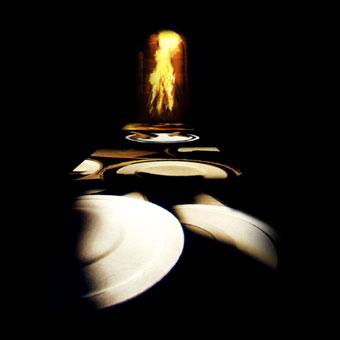 Tavolo interattivo con proiezione di oggetti in ceramica