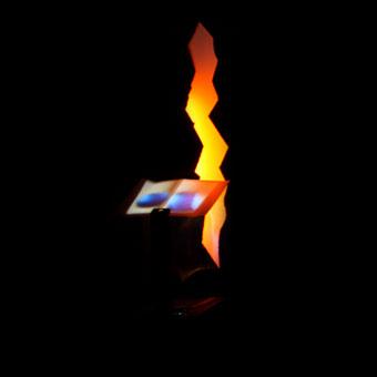 Leggio interattivo davanti a spaccatura di luce nell'info-centre di Arbus