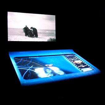 Tavolo interattivo con proiezione in verticale di frammenti cinematografici
