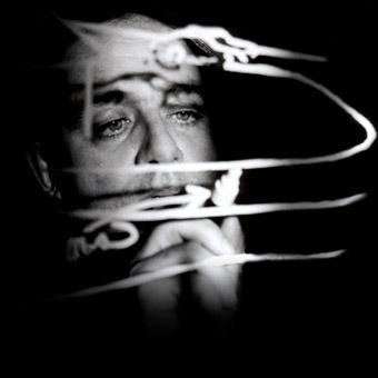 Volto di un uomo, Felsen, dietro i disegni su un vetro, in bianco e nero