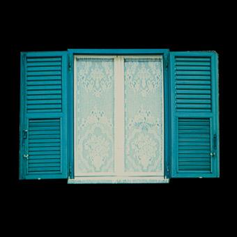 Finestra con persiane aperte della periferia torinese