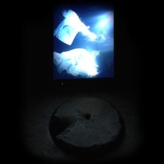 Schermo con acqua elettronica presso il pozzo nel cortile del Palazzo Comunale di Acquaviva delle Fonti