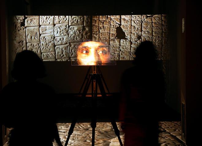 Installazione video con sguardo e reperti archeologici per Rivelazioni Mediterraneo