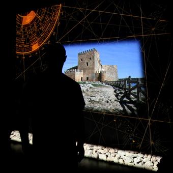 Visitatore di fronte a una proiezione interattiva con paesaggio della Mancha