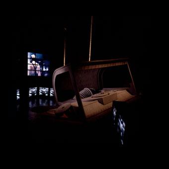 Allestimento espositivo con macro oggetti e schermi