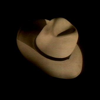Cappello da uomo su fondo nero