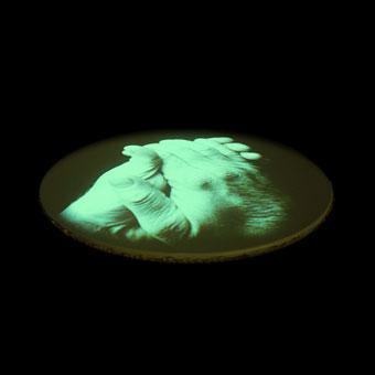 Mani proiettate sulla membrana di un grande tamburo interattivo