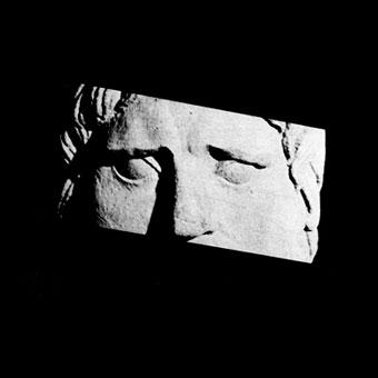 Particolare degli occhi di un volto scolpito in pietra