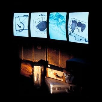 Installazione di valigie e schermi con immagini a RX di oggetti