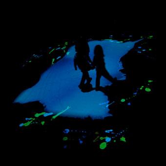 Due bambini camminano sul pavimento interattivo della pozzanghera