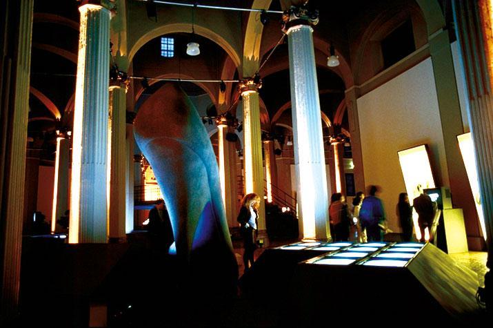 Mostra Gli stili del corpo di Studio Azzurro, monitor e scarpa con il tacco gigante
