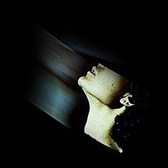 """Profilo femminile in un monitor sulla scena di """"La camera astratta"""""""