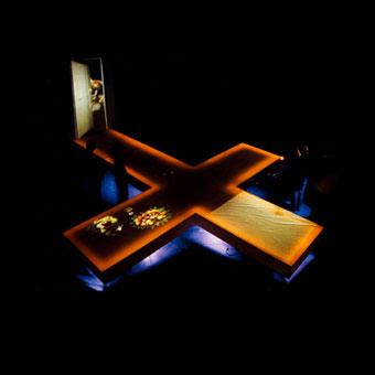 Palcoscenico a forma di croce con proiezioni video