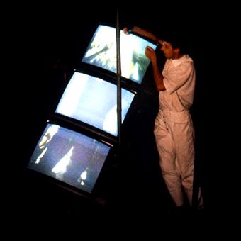 Tre monitor parte della scena dello spettacolo teatrale
