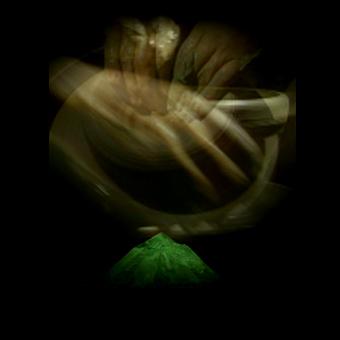 Sovrapposizione di immagini video delle mani e dei gesti di un artigiano
