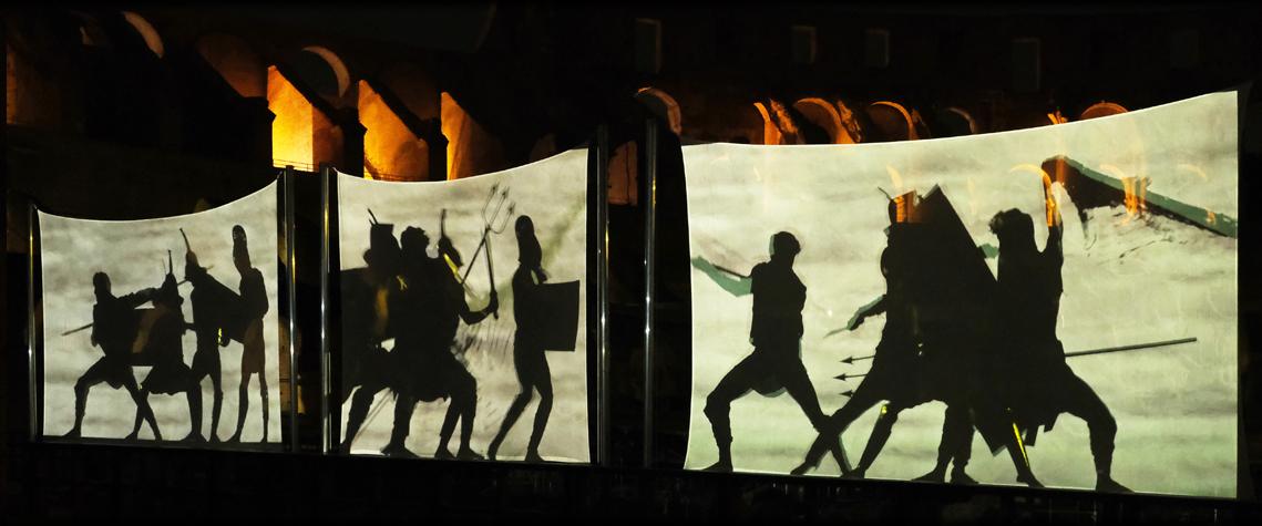 Proiezione con ombre di gladiatori che combattono